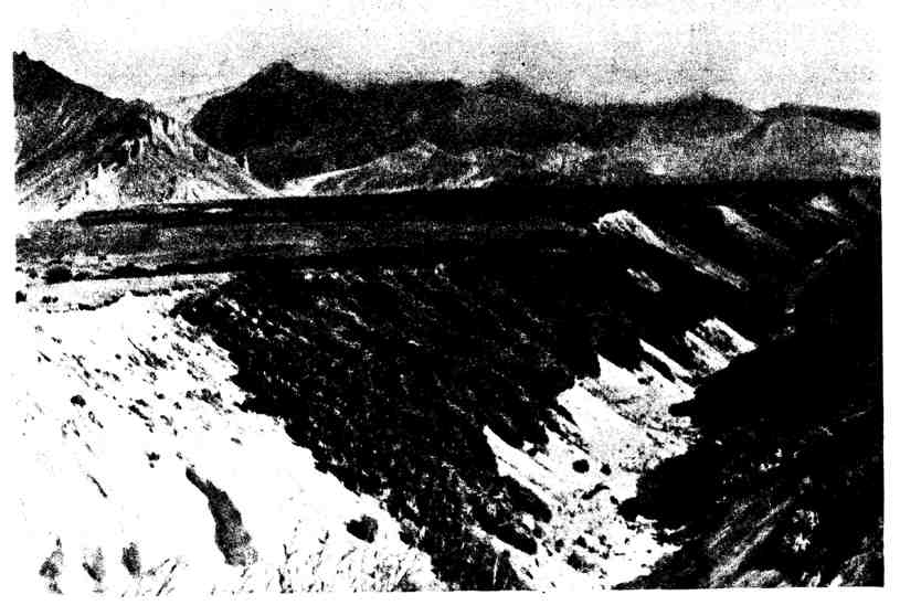 Каньон, образованный потоком, питающимся снежниками и ледниками вулкана Шевелуч