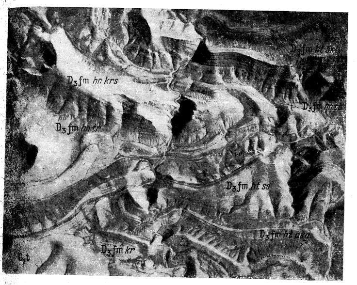 Общий вид несогласного контакта турнейских отложений с породами хантигинской и хатынкамальской свит фаменского яруса; правый борт левого отвержка долины рек Джузумдык